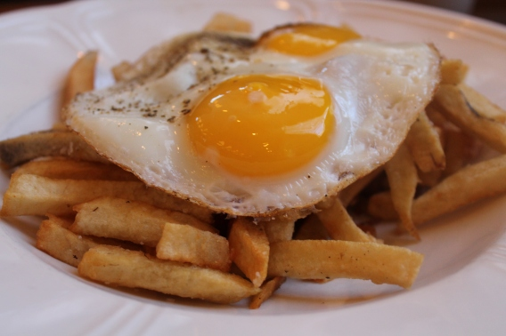 frites with fried eggs