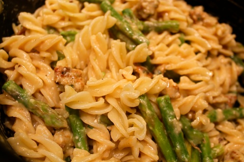 chicken sausage and asparagus alfredo | chieats.com